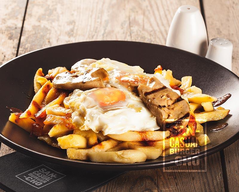 Huevos rotos con patatas y foïe fresco